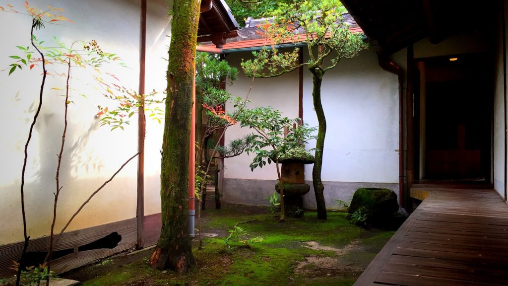 「無鄰菴」母屋縁側から望む中庭