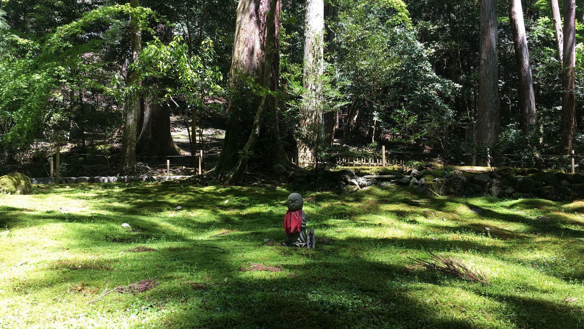 寂光院-苔の庭園にひっそり佇む地蔵菩薩