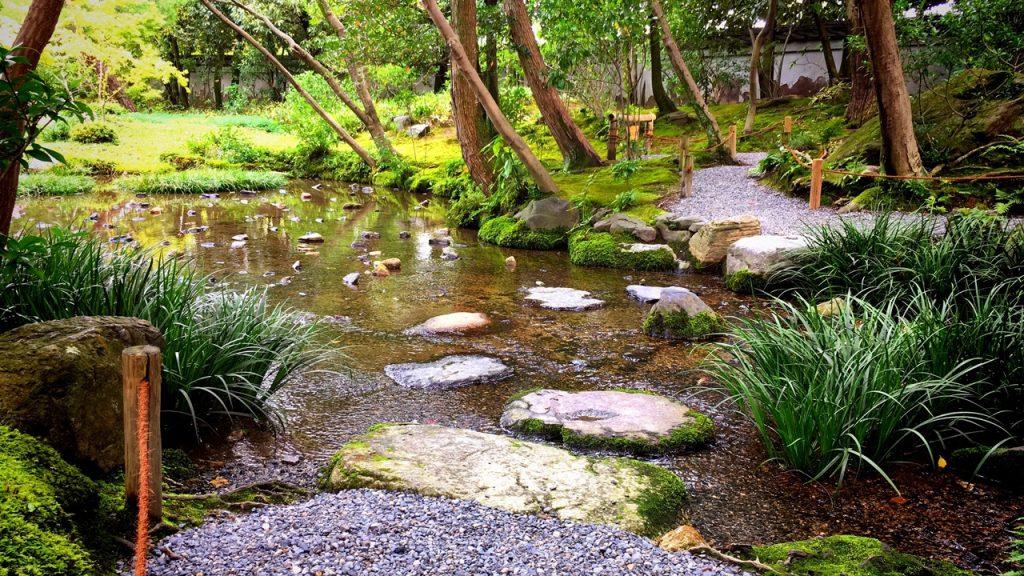 「無鄰菴庭園」庭園内の小川と沢飛石