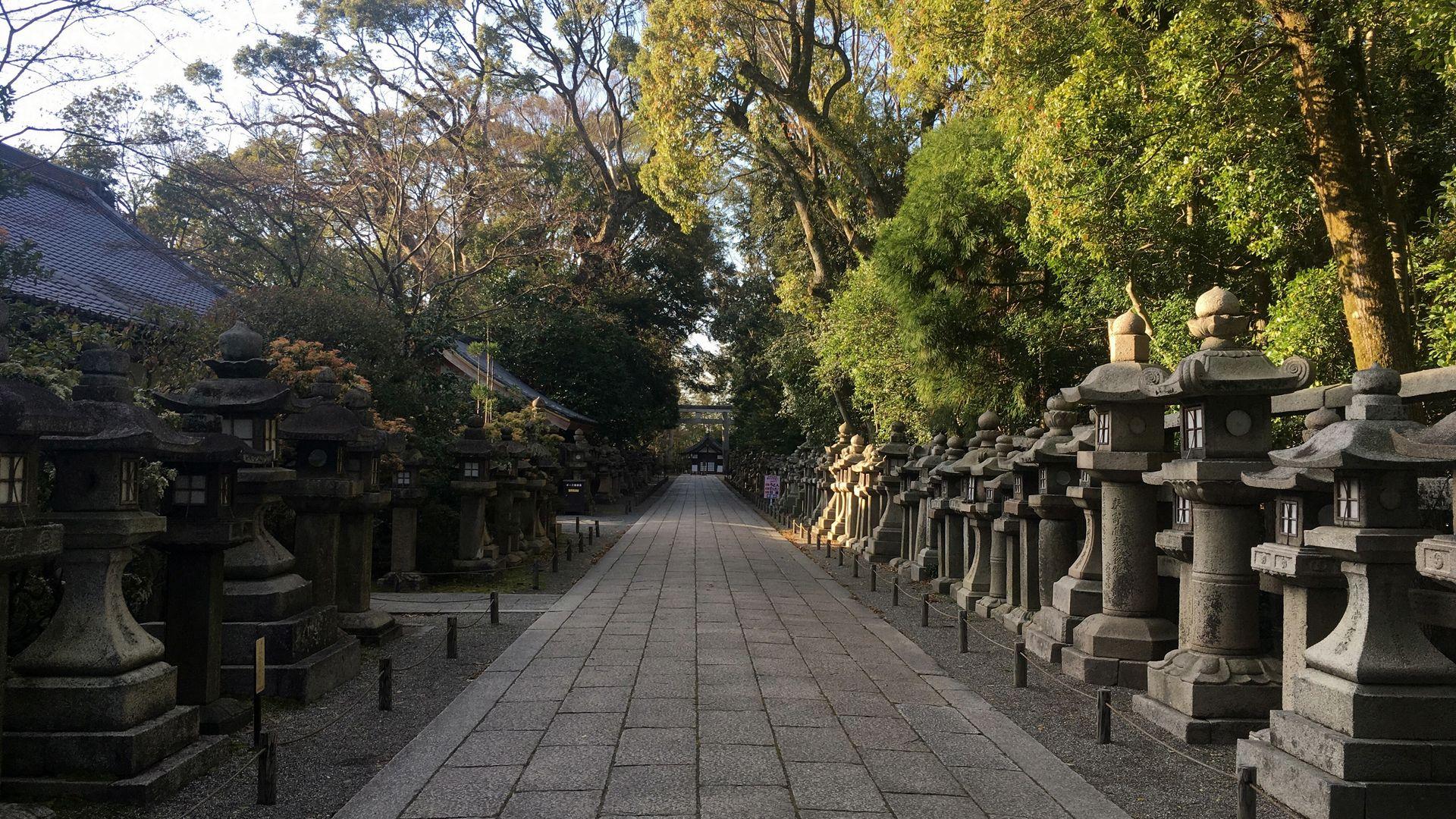 石清水八幡宮-参道の石灯籠