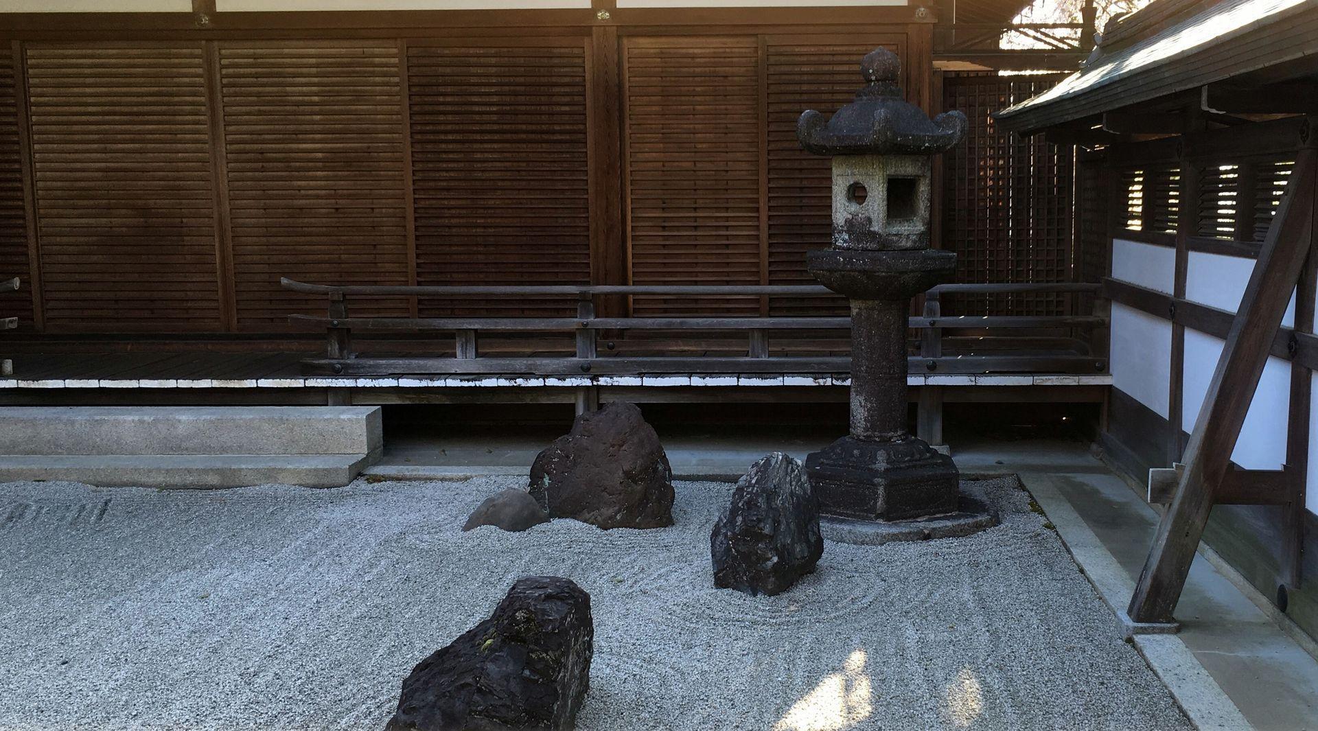 石清水八幡宮の石灯籠02