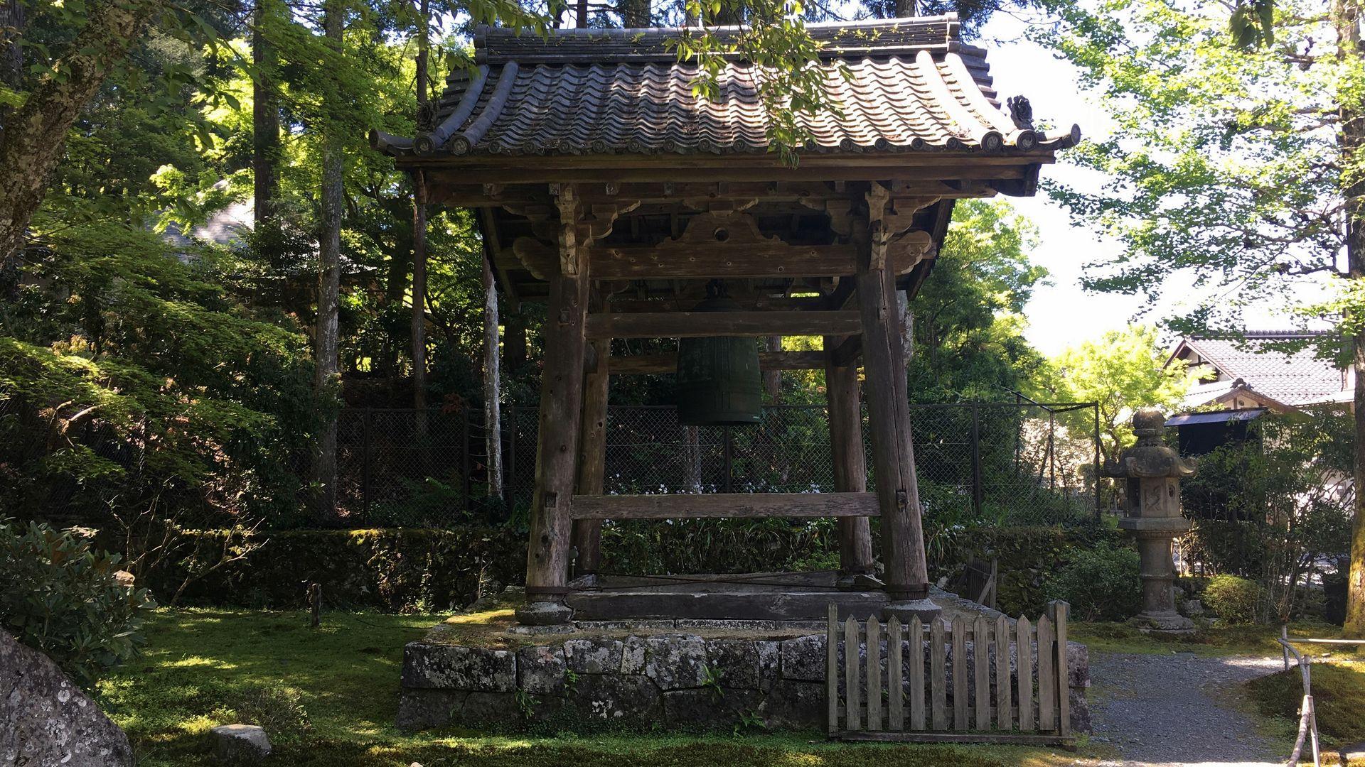 勝林院の鐘楼と梵鐘
