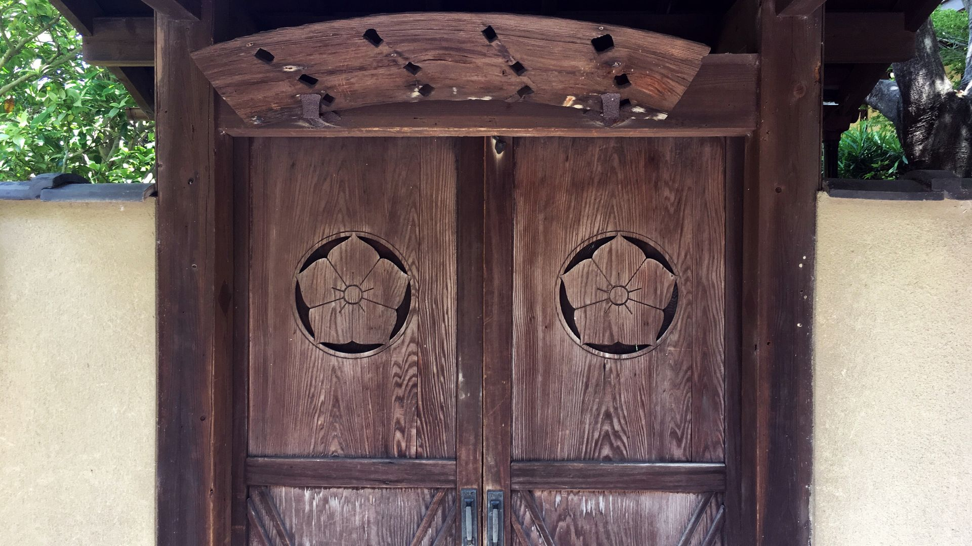 天得院-戸板に彫られた桔梗紋