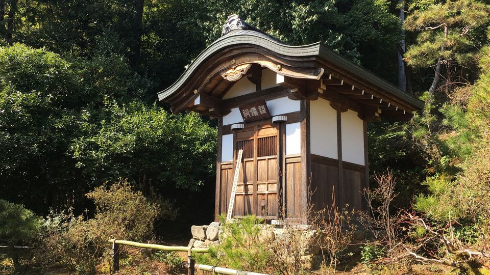 常寂光寺の歌仙祠(Small Shrine for Great poets in Jojakko-ji Temple)