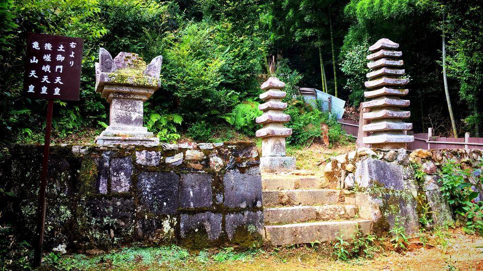 二尊院の旧三帝陵(Mausoleums of three emperors in Nison-in Temple)