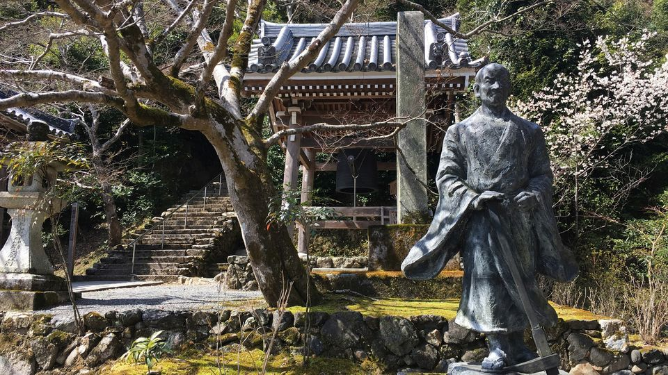 二尊院の角倉了以像*(The statue of Ryoi SUMINOKURA in Nison-in Temple)*