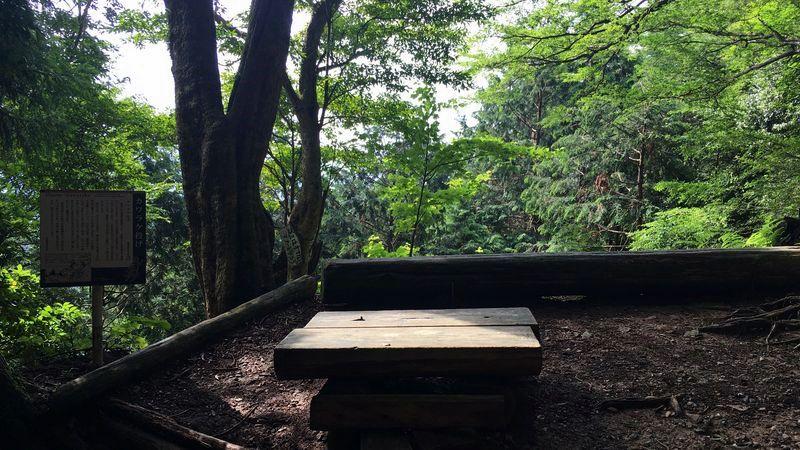 愛宕神社の表参道のカワラケ投げ跡(Throw 'Kawarake')